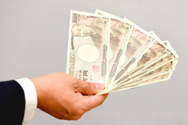 お金を貸している人の写真